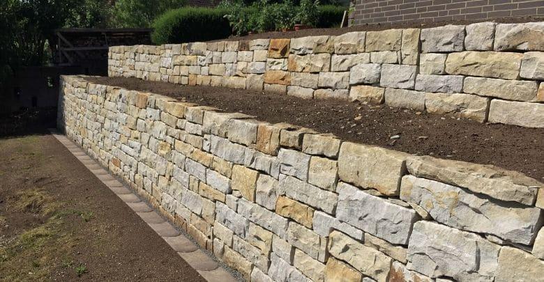 Mauer aus Natursteinen