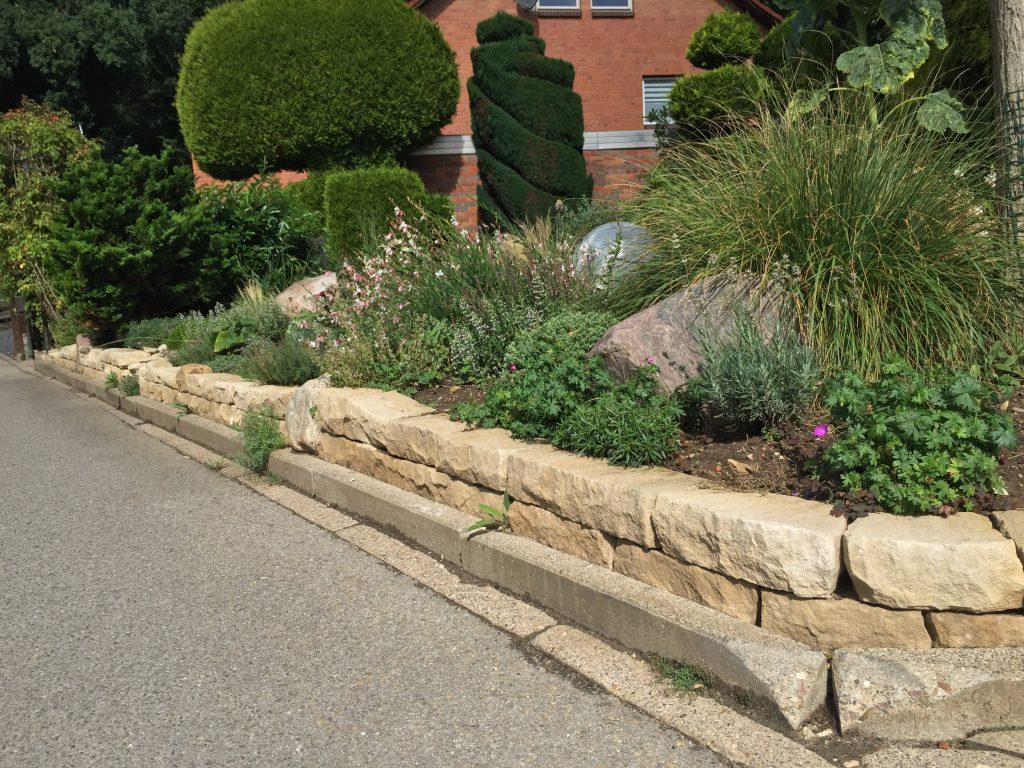 Vorgarten mit Mauer aus Natursteinen